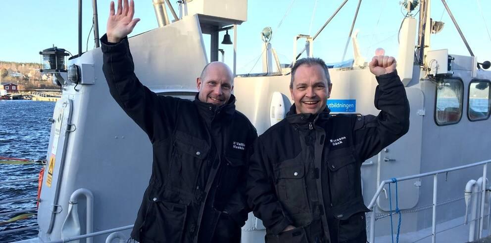 Henrik och Raymond, lärare på sjöfartsutbildningen i Härnösand, är glada i dag efter klartecknet om att utbildningen återupptas.