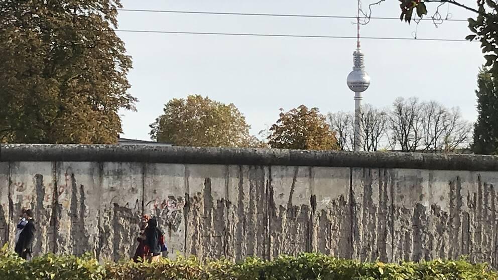 Berlinmuren delade staden över en natt 1961 för att stoppa massutvandringen från DDR. Trettio år senare öppnades gränsen.