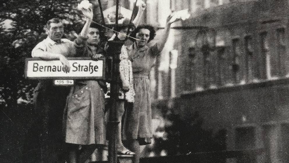 Familjer splittrades när muren delade Berlin över en natt. Vid Bernauer Strasse finns en minnesplats och ett utomhusmuseum.