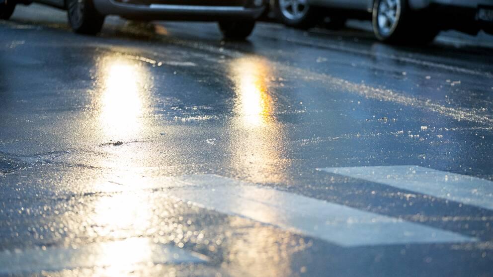 En bil som kör på en isbelagd väg.