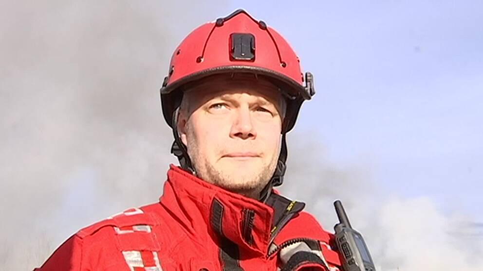 Man i brandmanskläder