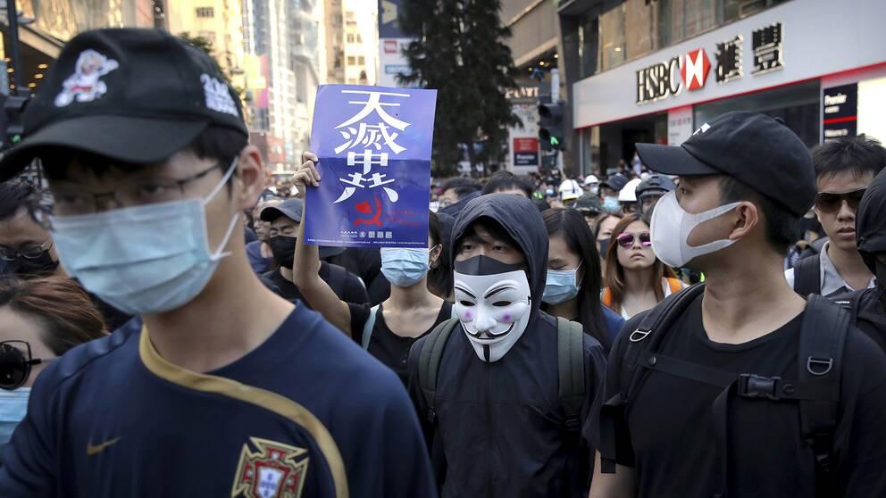 Maskerade protestanter i Hong Kong mot regionens och Fastlandskinas styre.