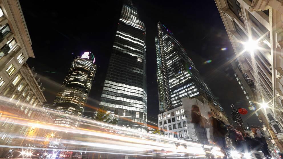 London, kvällstid. Skyskrapor syns mot den mörka himlen.