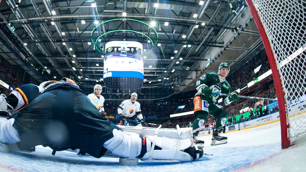 Färjestads Marcus Nilsson gör 3-0 under lördagens ishockeymatch i SHL mellan Färjestad BK och Djurgårdens IF i Löfbergs Arena
