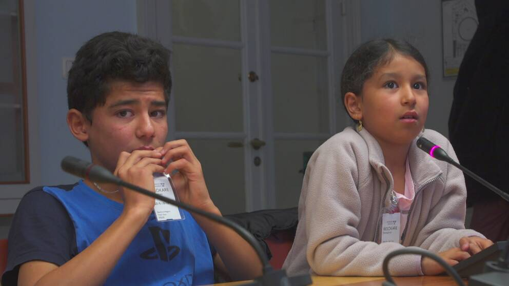 Till vänster är 12-åriga Sami Hosseini och bredvid honom sitter 9-åriga Setaesh Hosseini.
