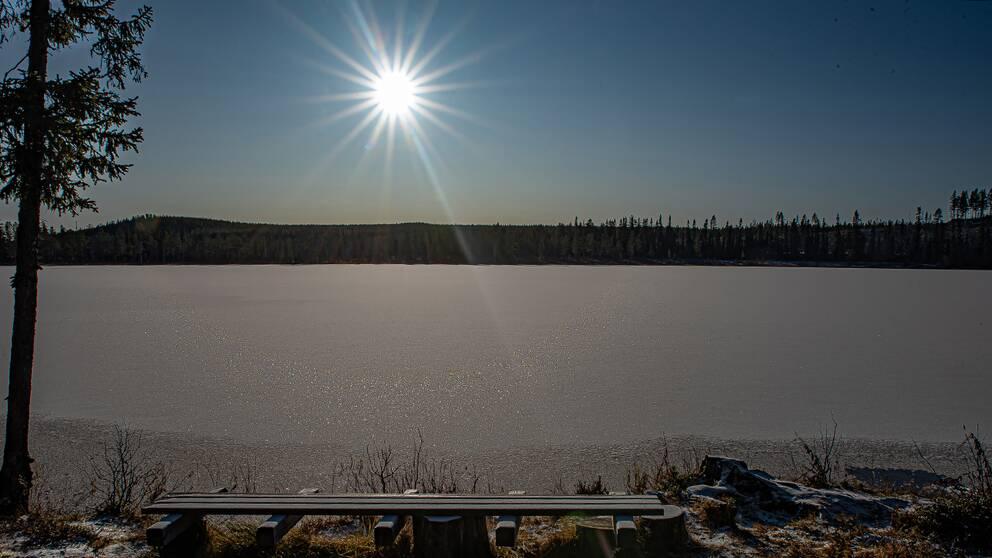 Morgonsolen i Vendalen över den nylagda 4-5 cm isen. Bilden tagen den 3 november 2019.
