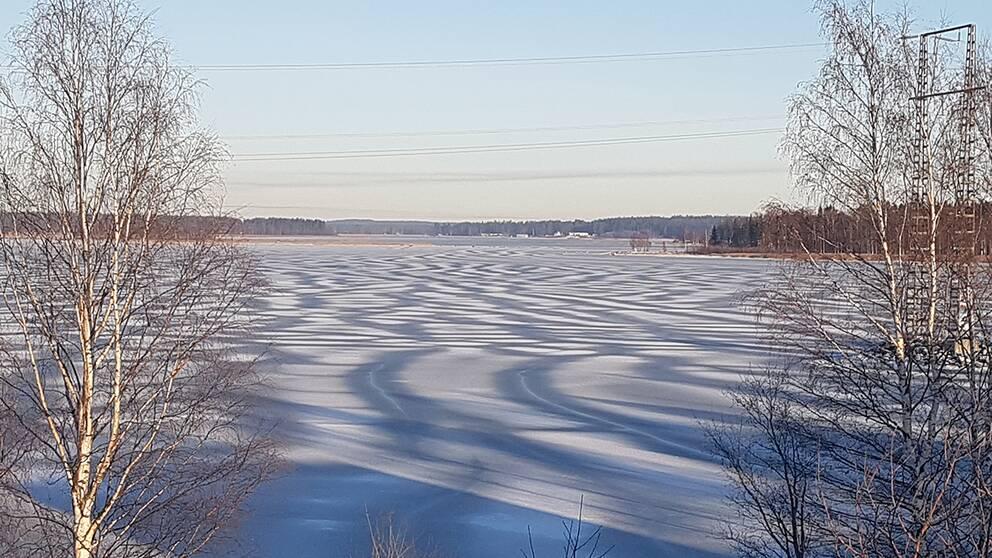 Isen på Nördfjärden i Piteå Norrbotten vid måndagens lunchtid.