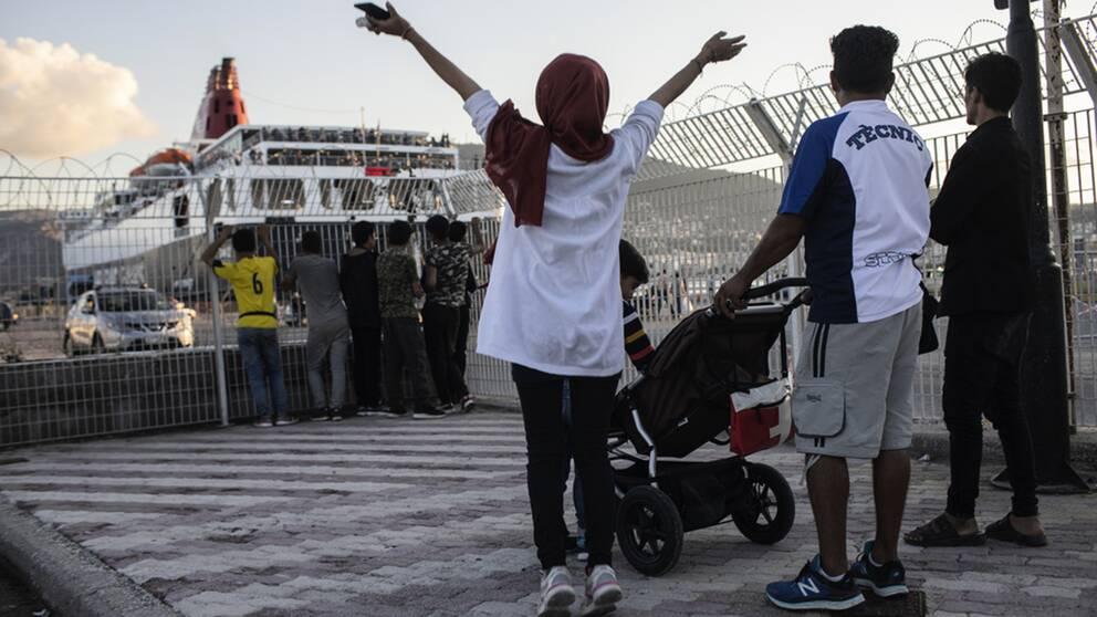 Grekland har börjat att omplacera migranter och flyktingar till fastlandet från de överfulla lägren på öarna.