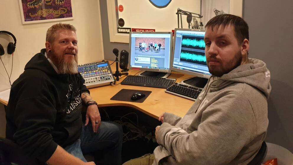 Handledaren Peter och programledaren Daniel sitter utanför studion vid mixerbordet.