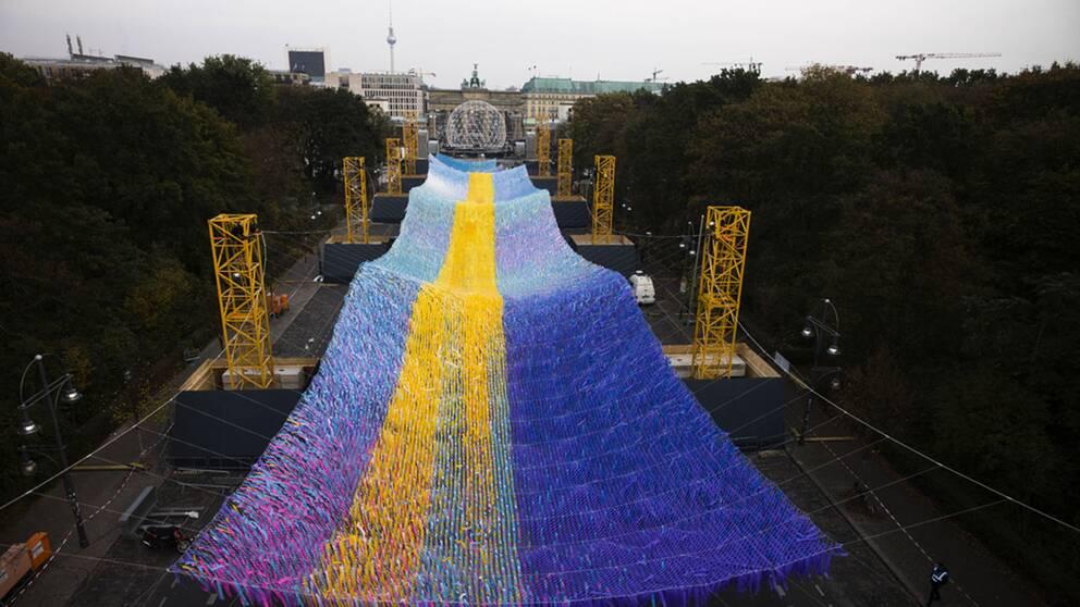 """""""Visions in motion"""" kallas det flygande konstverk som konstnären Patrick Shearn har skapat vid stadsporten Brandenburger Tor i Berlin."""