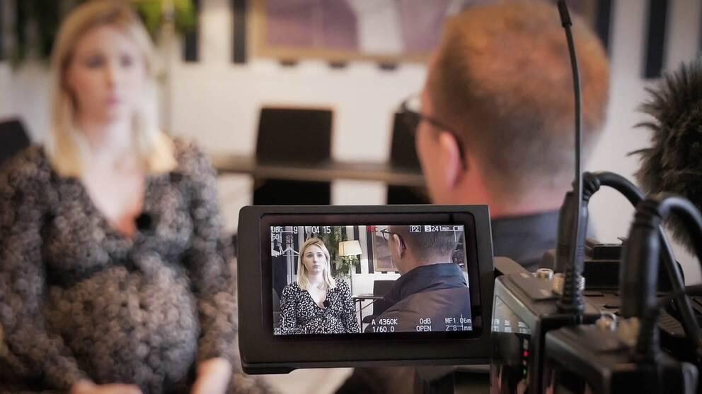 Polisen Per, som egentligen heter något annat, intervjuas av SVT:s reporter.