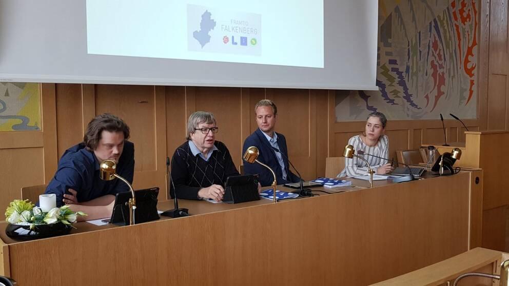 Framtid Falkenberg. Från vänster: Markus Jöngren (MP), Lars Fagerström (L), Per Svensson (S) och Georgia Ferris (KD).