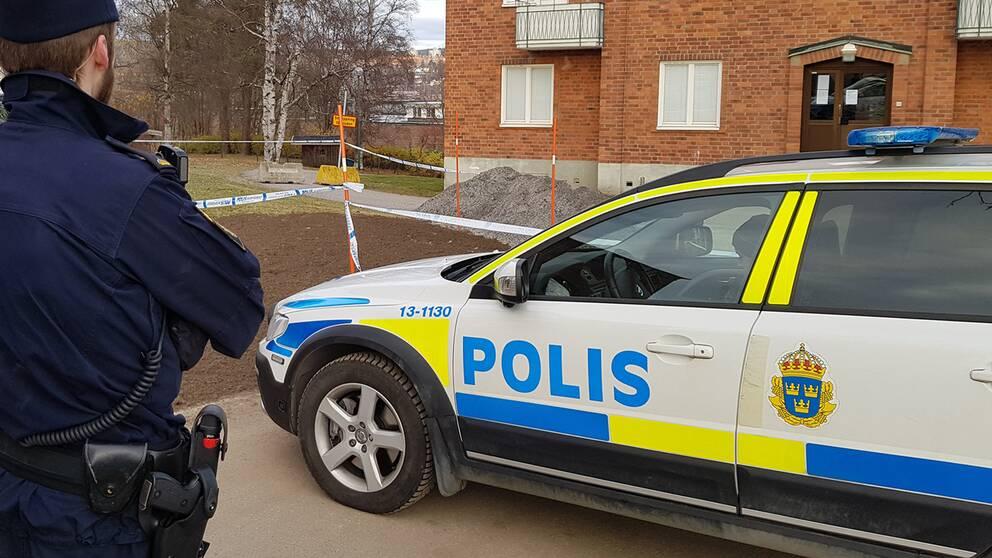 Polis vid polisbil