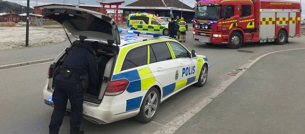 En polisbil, en ambulans och en brandbil som står vid olycksplatsen