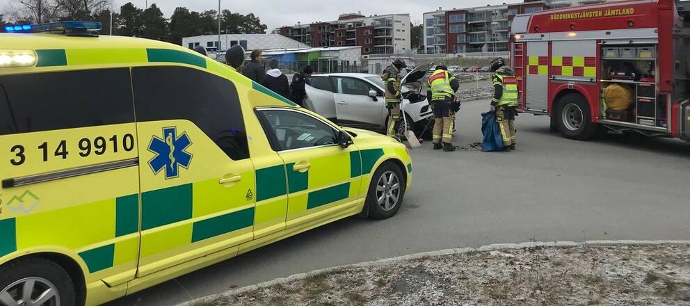 En ambulans, en krockad bil och en brandbil