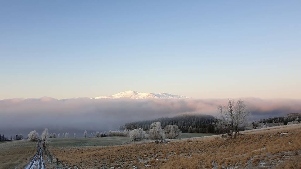 Åreskutan upp ur dimman i Krok Jämtland.