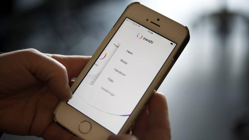 Enligt Finanspolisen är det relativt vanligt att Swish används för att tvätta pengar. På bilden syns en mobil med appen Swish.