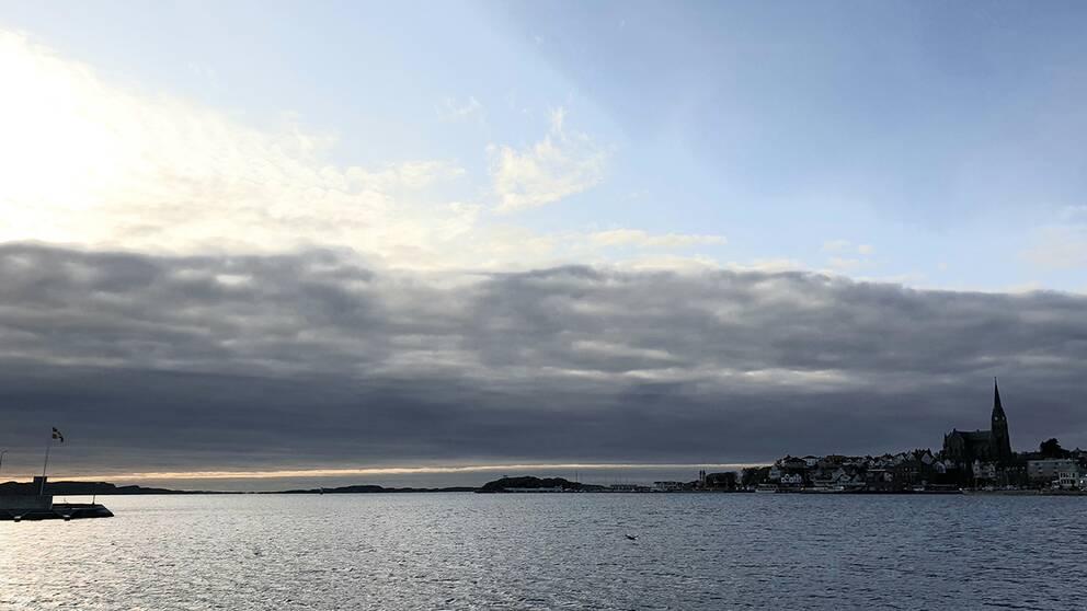 Lysekil Bohuslän, med en tydlig molnfront i väster, 7 november.