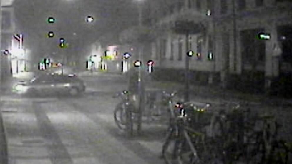 Vänster i bild syns den bil polisen tror att gärningsmännen använt i samband med explosionen.