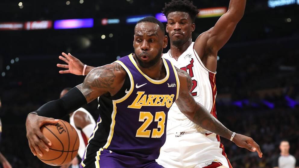 Miami-stjärnan Jimmy Butler försvarar sig mot LeBron James.