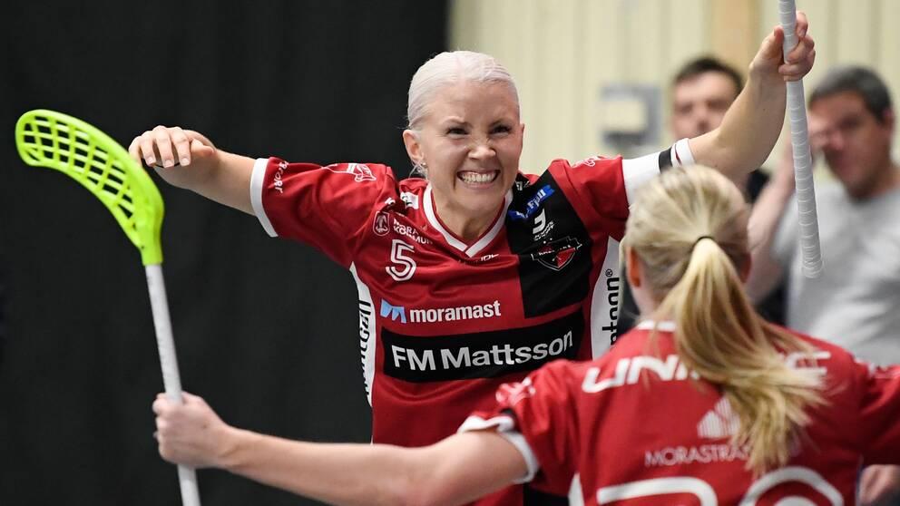 Kais Moras Anna Wijk jublar med Malin Alkelöw under SM-slutspelet i våras.