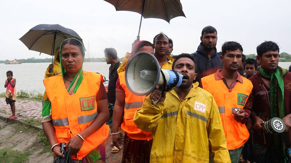 Volontärer uppmanar alla som kan att evakuera.