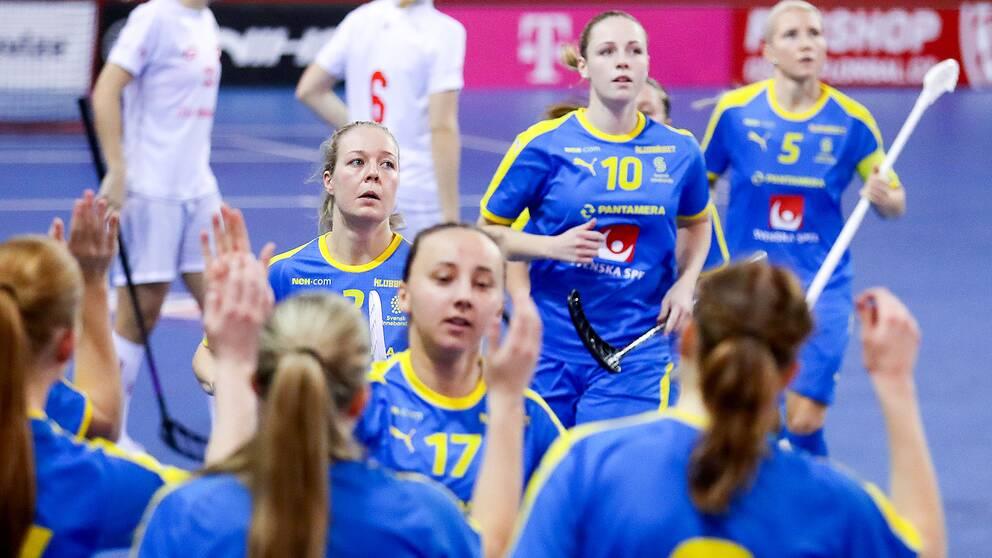 Sveriges Cornelia Fjellstedt och Amanda Delgado Johansson jublar med lagkamrater en match mot Schweiz i oktober.
