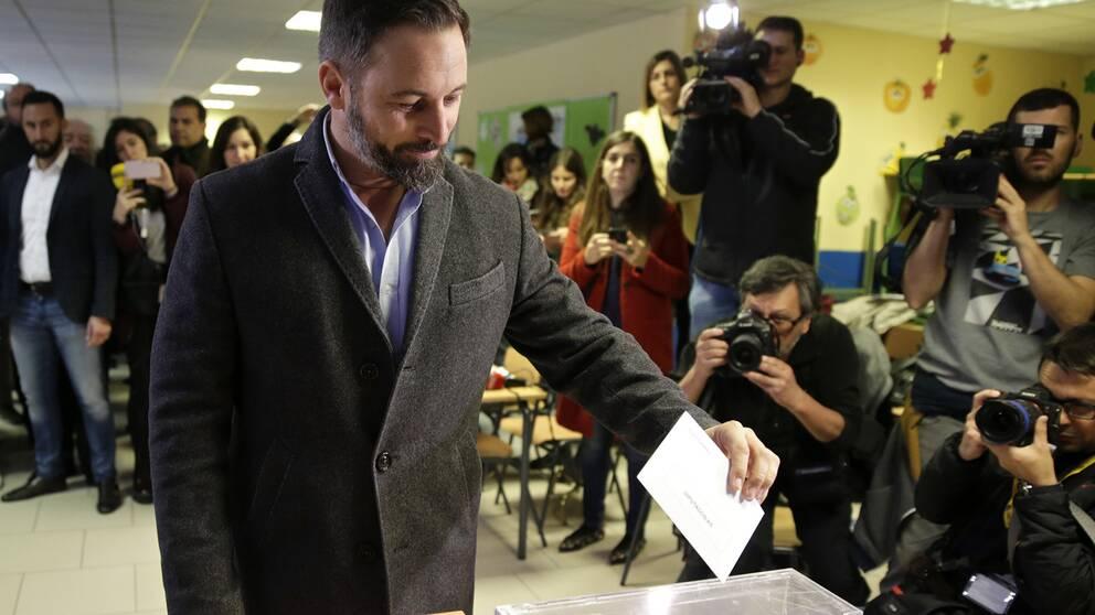 Santiago Abascal, som leder nationalistpartiet Vox, blev den store segerherren i söndagens spanska nyval. Här röstar han i Madrid.