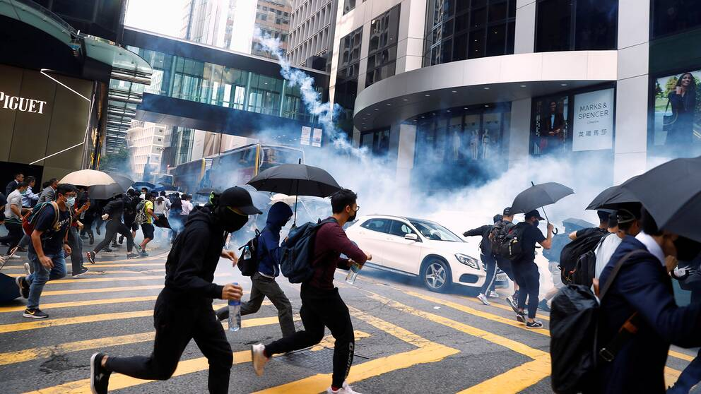Demonstranter i Hongkong flyr undan tårgas.