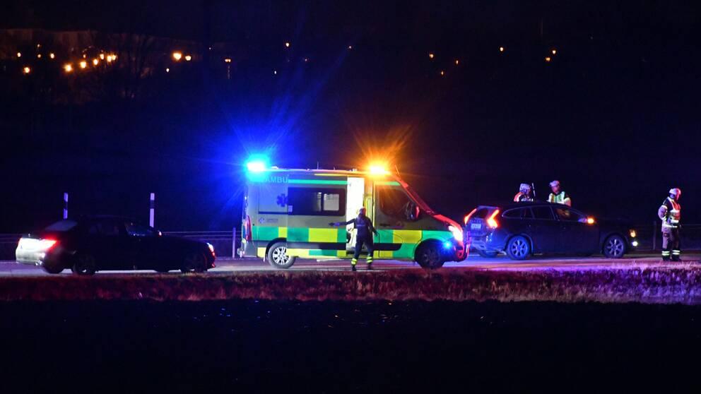 Ambulans på plats vid olyckan på väg 11 utanför Dalby.