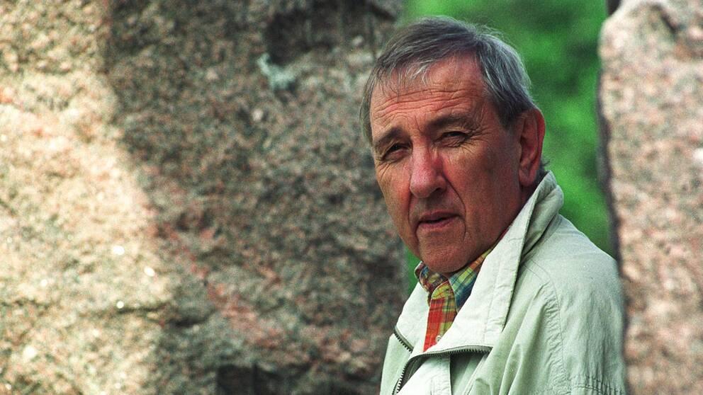 Filmaren Olle Häger, som genom åren gjort många produktioner i SVT, har gått bort. Här i samband med dokumentärserien Hundra svenska år 1999.