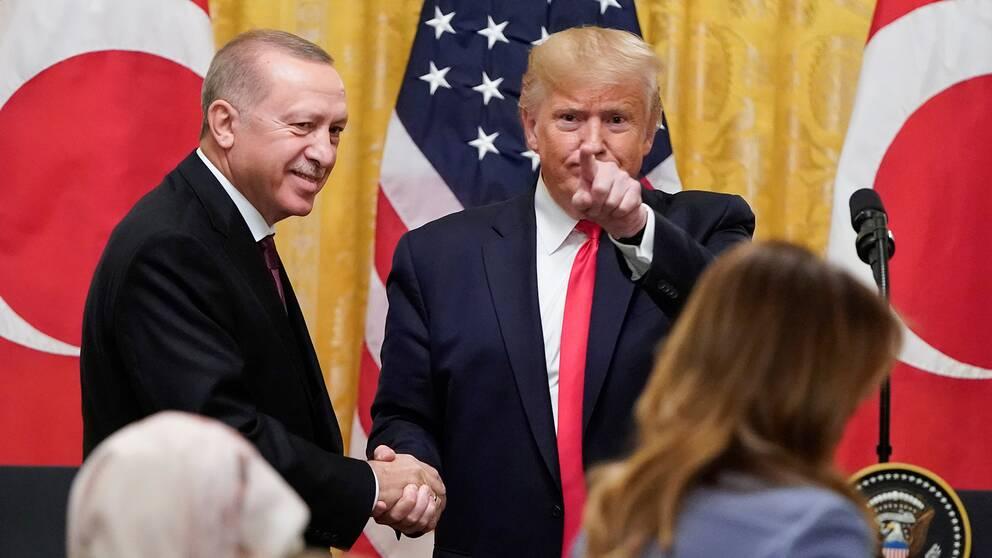 Turkiets president Recep Tayyip Erdogan skakar hand med USA:s president Donald Trump.