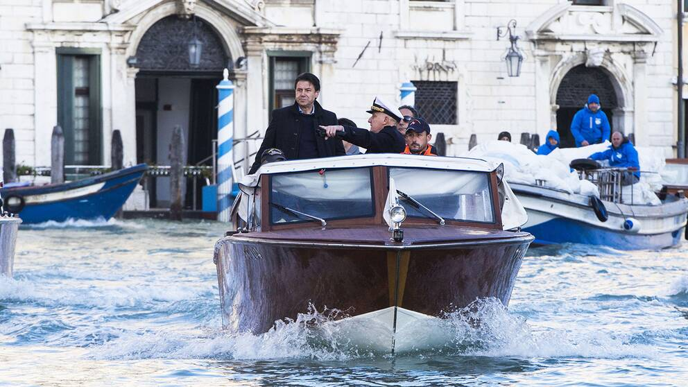 Italiens premiärminister Giuseppe Conte visas runt med taxibåt i Venedig under sitt besök i veckan.