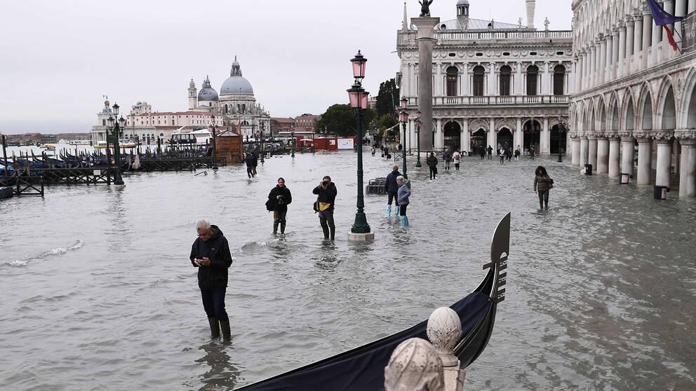 Venedig fylldes med vatten efter att ett kraftigt regnoväder drog in över södra Italien på tisdagen.