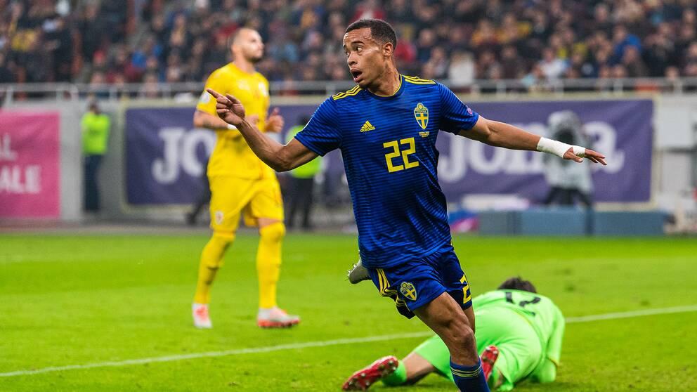 Robin Quaison gör 2-0 för Sverige.