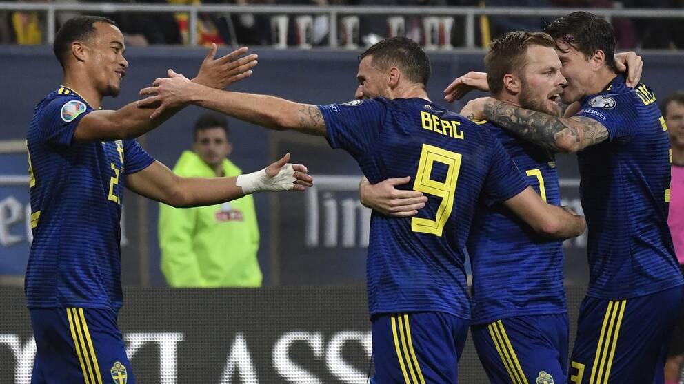 Sverige firar efter Robin Quasions 2-0-mål mot Rumänien.