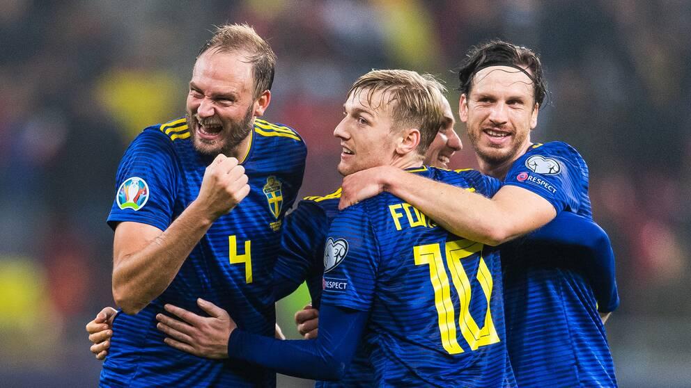 Andreas Granqvist, Emil Forsberg och Gustav Svensson firar EM-platsen.