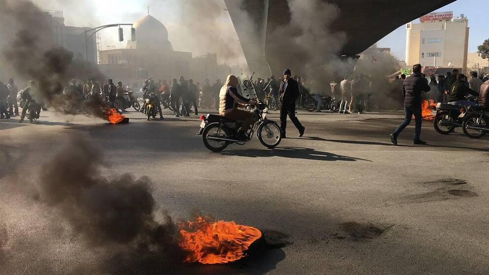 Demontranter har tänt eld på bilddäck.