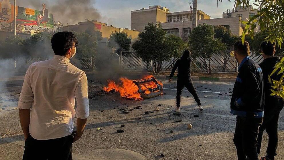 En bildörr har satt i brand av dmeonstranter i Iran.