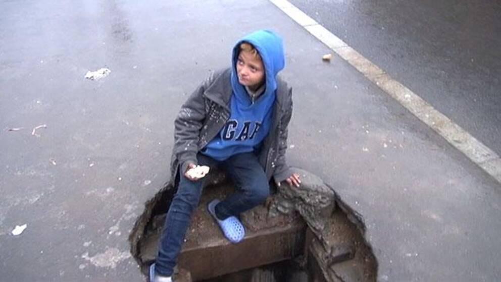 Ett av barnen i Bukarests kloaker kliver ned i underjorden.