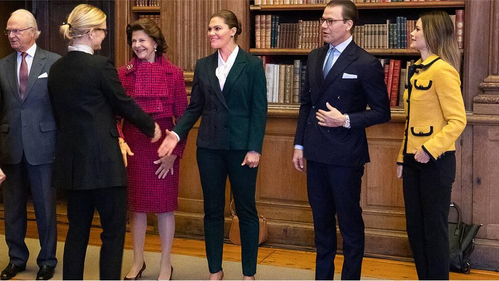 Kungafamiljen har bjudit in ledande experter till Stockholms slott för samtal om nya lösningar för att skydda barn mot övergrepp på nätet.