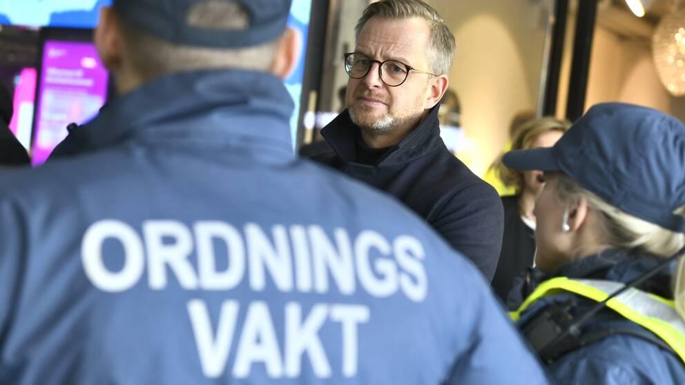 Regeringen tillsätter en utredning som ska se över reglerna kring ordningsvakter och hur de ska kunna avlasta polisens arbete, meddelade inrikesminister Mikael Damberg (S) idag.