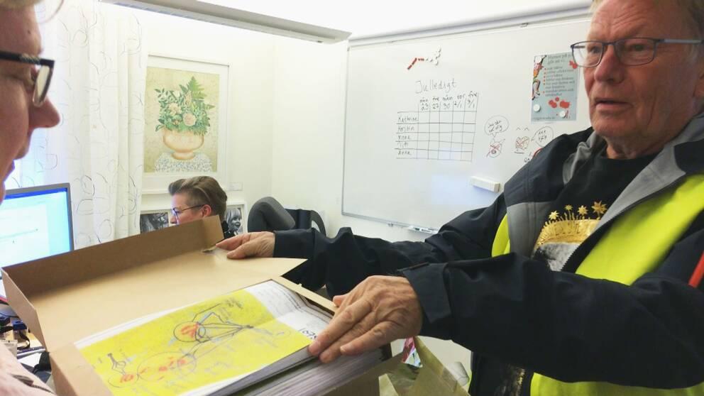 Namnunderskrifter lämnas över till Malung-Sälens kommun.