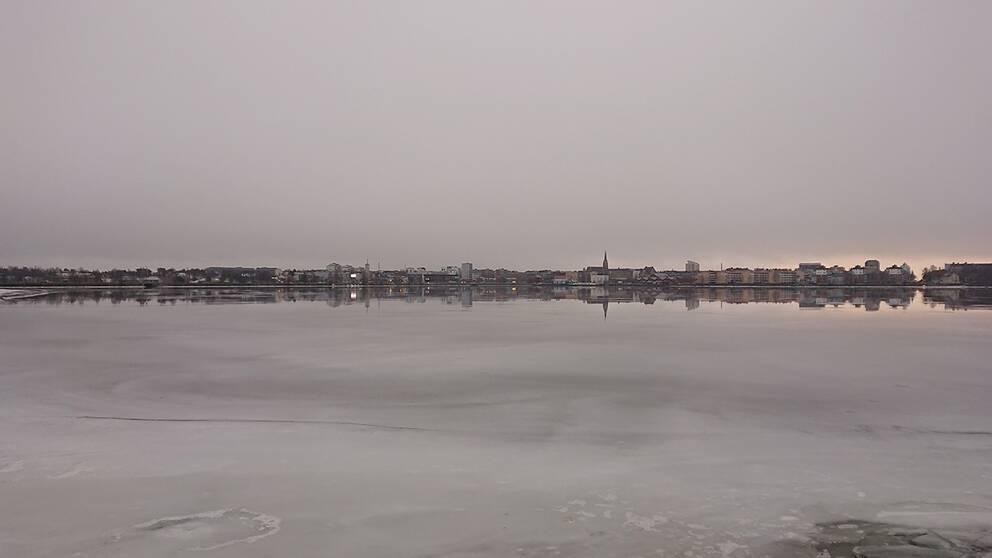Grått molntäcke över Luleå. Fredag morgon 22 november.
