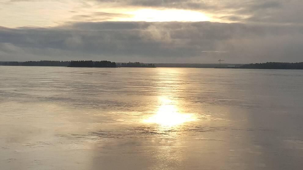 Solen blänker i isen över Södra stadsfjärden i Luleå.