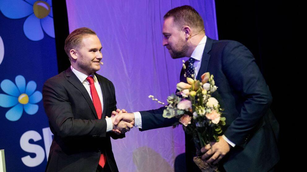 Tillträdande riksdagsgruppledare Henrik Vinge (SD) tackar av den avgående gruppledaren Mattias Karlsson (SD) under landsdagarna i Örebro den 22 november 2019.