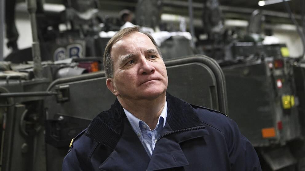 En bild på statsminister Stefan Löfven på besök i en verkstad.
