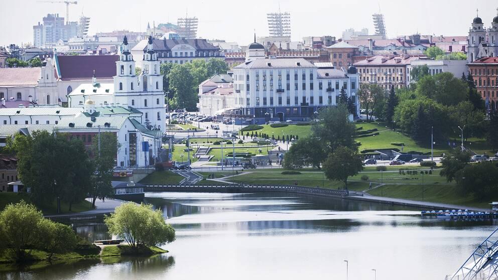 Vy över centrala Minsk med floden Svislatj. Arkivbild.