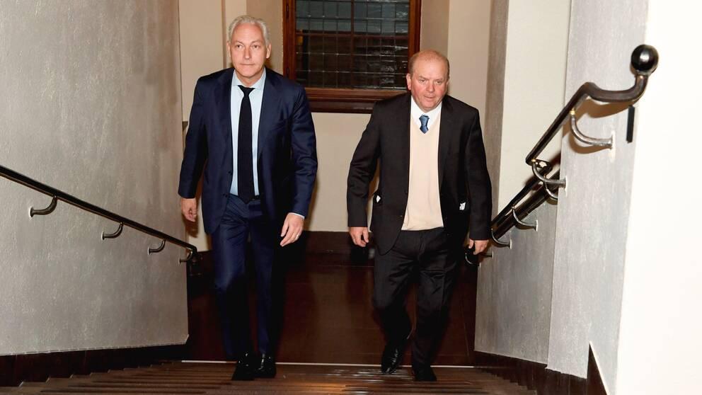 Eskil Erlandsson och försvarsadvokat Johan Eriksson går upp för en trappa i Stockholms tingsrätt.