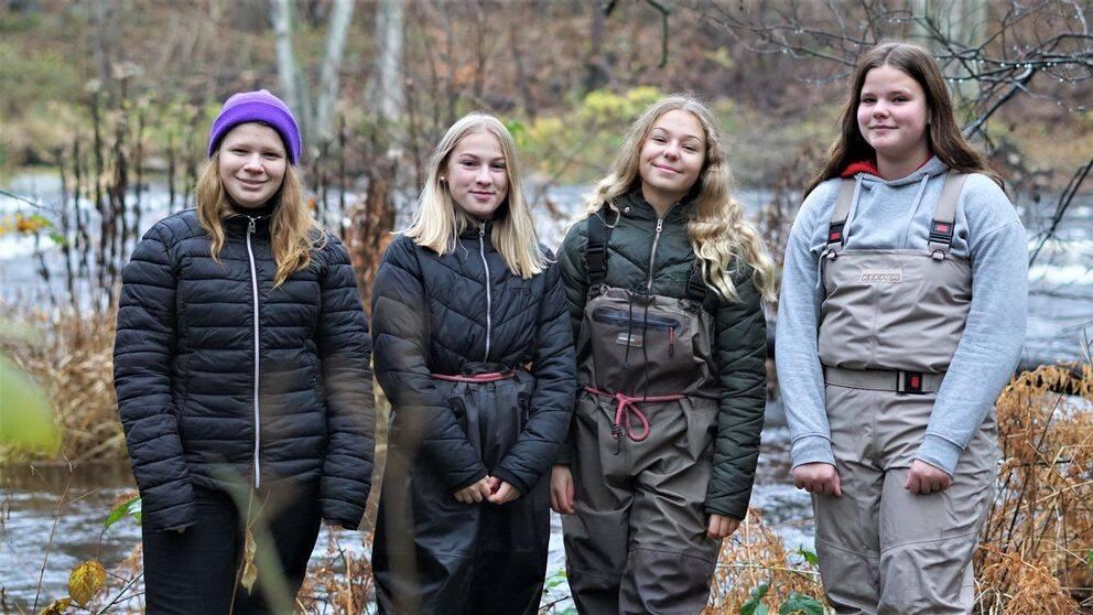 Fyra tjejer ur klass 7D framför Mörrumsån.